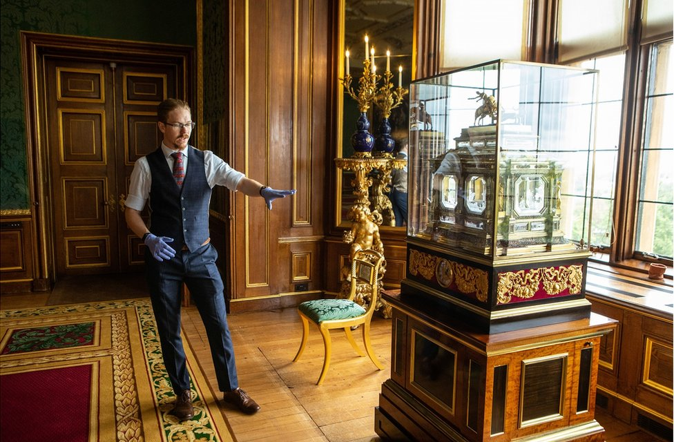 Fjodor gestures to a large organ clock in a state apartment