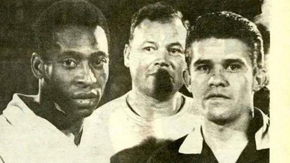 Pele poses for a picture alongside referee Guillermo Velazquez before Santos FC's friendly against the Colombian Olympic team in 1968