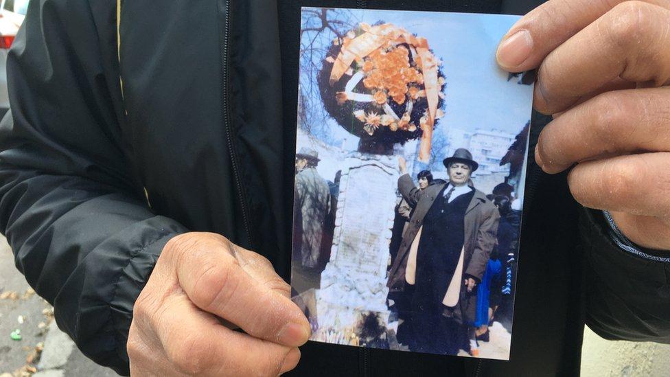 Kostin deda pokraj spomenika palim romskim borcima, sedamdesetih godina prošlog veka