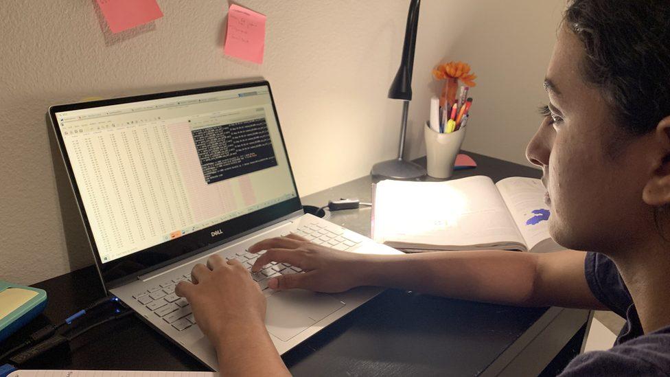 Anika Chebrolu estudando