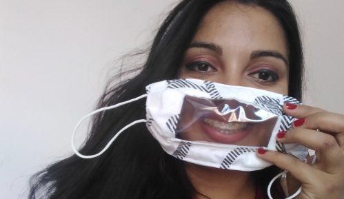 Novosađanka klavir zamenila singericom kako bi šila i poklanjala maske gluvonemima 1