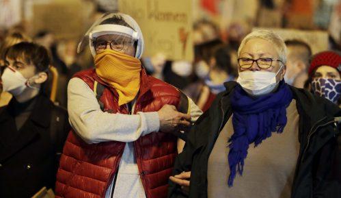 Huligani u Varšavi napali petardama i bakljama protest Poljakinja 6