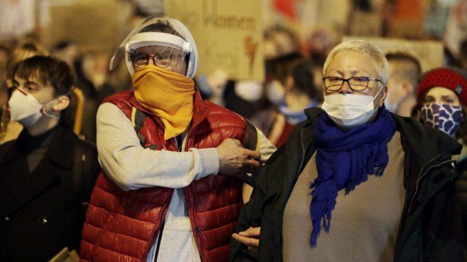 Huligani u Varšavi napali petardama i bakljama protest Poljakinja 4