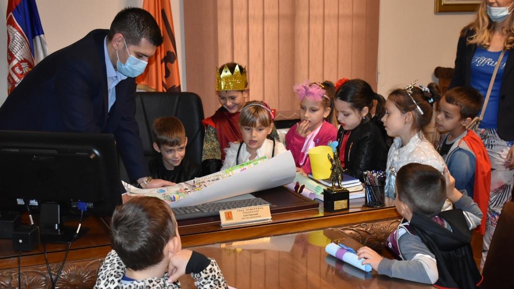 Mališani iz požarevačkih vrtića posetili gradonačelnika 2