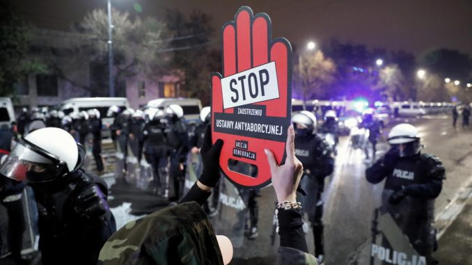 Policija intervenisala protiv protesta Poljakinja ispred Ustavnog suda u Varšavi 4