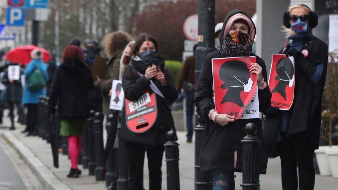 Poljska gotovo u potpunosti zabranila abortus 1