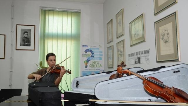 Muzičkoj školi u Velikom Gradištu poklonjene tri violine Jana Nemčeka 1