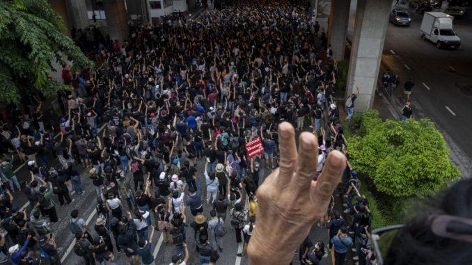 U Bangkoku više od 10.000 ljudi na ulicama uprkos zabrani okupljanja 3