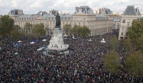 Nekoliko hiljada ljudi u Parizu odalo poštu ubijenom prosvetnom radniku 22