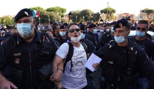 U Rimu u isto vreme dva protesta protiv nošenja zaštitnih maski 2
