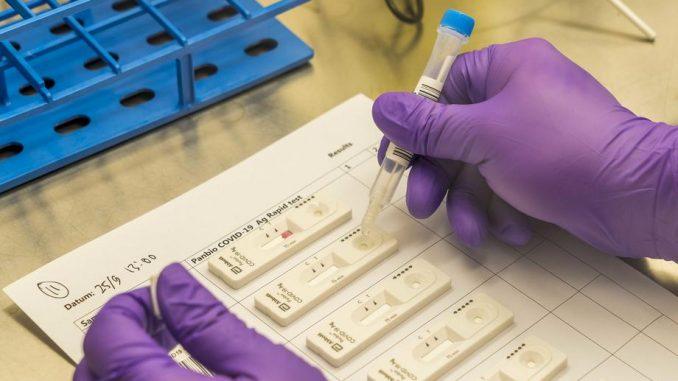 Grčka vlada ograničava cene testiranja na kovid-19 u privatnim klinikama 1