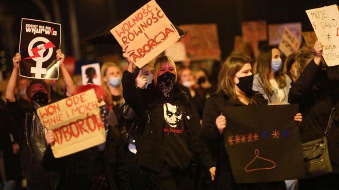U protestu protiv zabrane abortusa Poljakinje blokirale saobraćaj 1