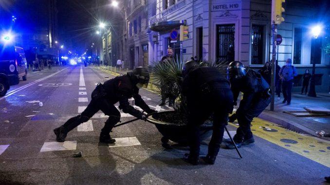 Sukob policije i demonstranata u Barseloni zbog restriktivnih mera 1