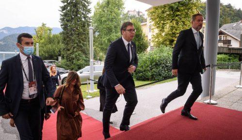 Pravljenje žrtve od Vučića klasičan populistički metod 7