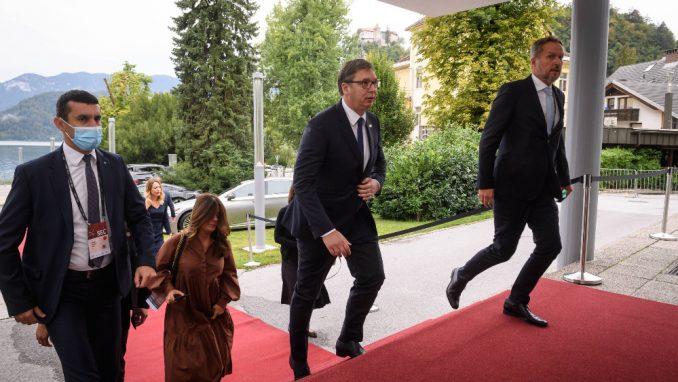 Pravljenje žrtve od Vučića klasičan populistički metod 4