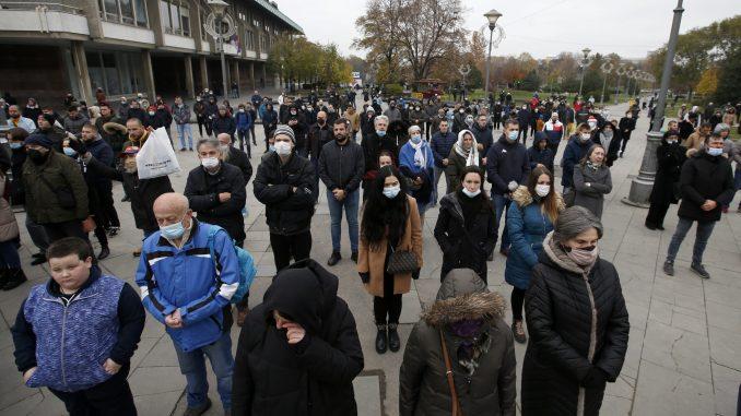 AP: Hiljade na sahrani patrijarha Irineja, mnogi ignorisali mere protiv korona virusa 2