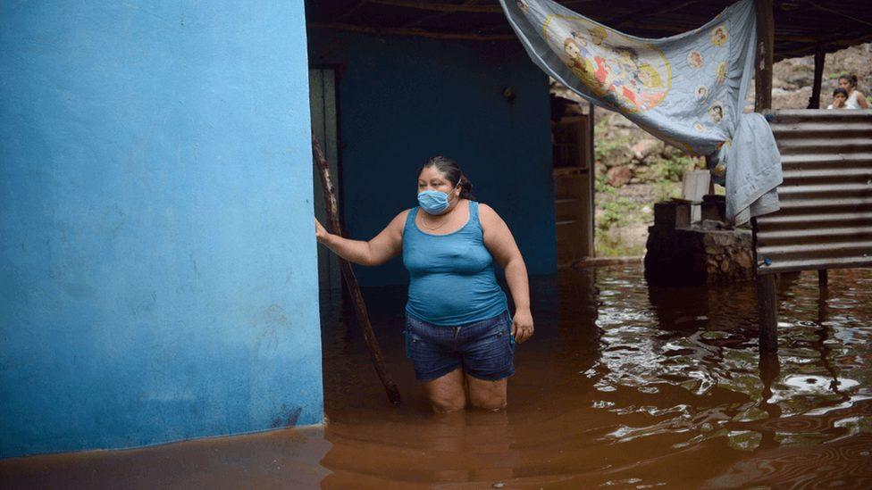 Žena u poplavljenoj kući