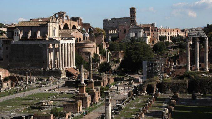 """""""Molim vas, oprostite"""": Turistkinja vratila u Rim ukradeni drevni mermer 4"""