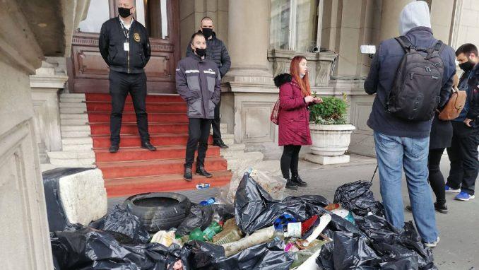Aktivisti Jedan od pet miliona ostavili đubre sa Čukaričkog rukavca ispred Skupštine Beograda 2