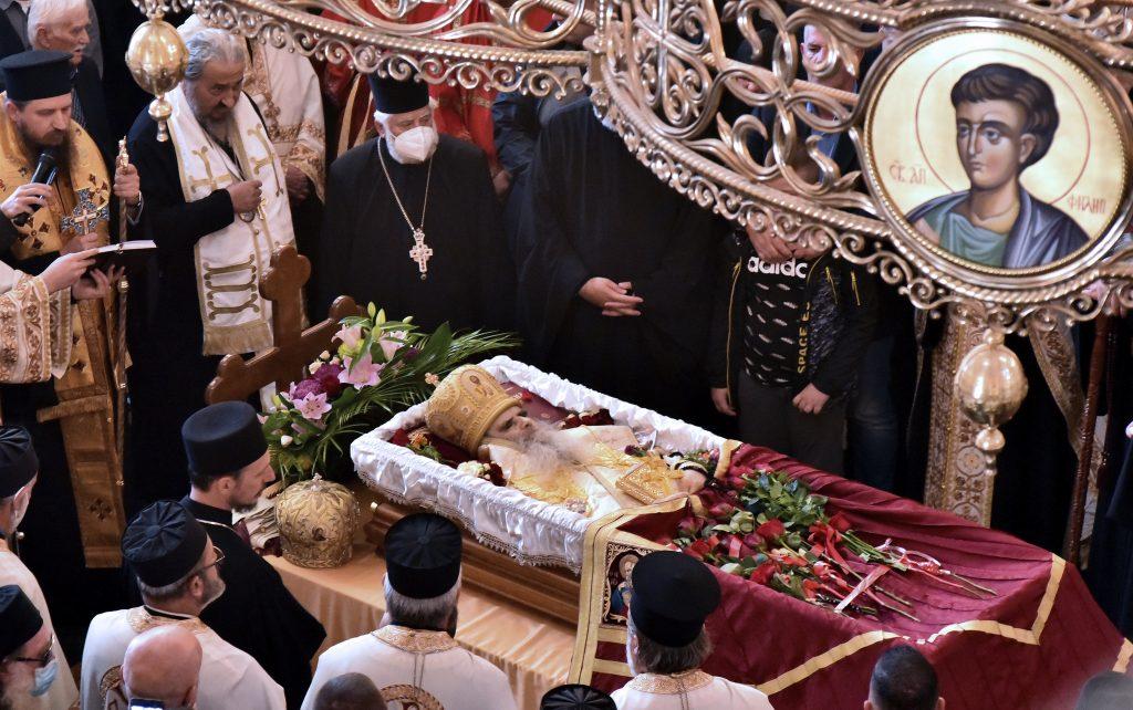 Masovno kršenje protivepidemijskih mera na sahrani mitropolita Amfilohija (FOTO, VIDEO) 3