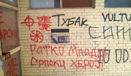 Prekrečeni grafiti mržnje u Novom Sadu na ulazu u zgradu gde živi novinar Gruhonjić 11