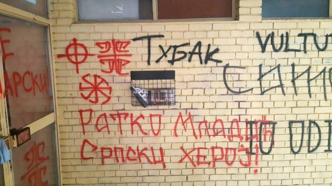 Prekrečeni grafiti mržnje u Novom Sadu na ulazu u zgradu gde živi novinar Gruhonjić 4