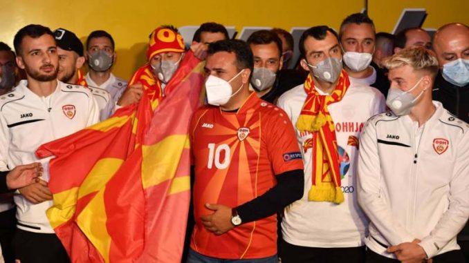 U dresu s brojem 10 premijer Zaev dočekao fudbalere na granici 3