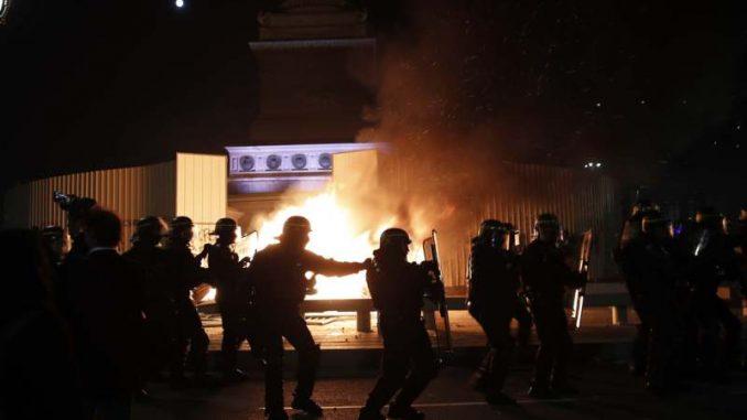 Sukobi demonstranata i policije u Parizu (VIDEO) 3