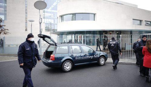 Automobil s ispisanim porukama udario u kapiju kompleksa nemačke vlade 4