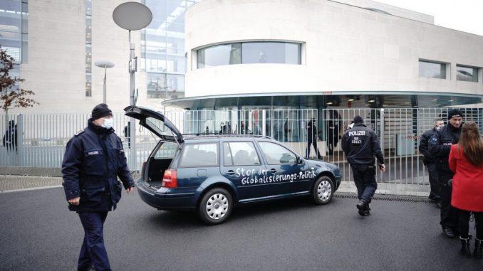 Automobil s ispisanim porukama udario u kapiju kompleksa nemačke vlade 1