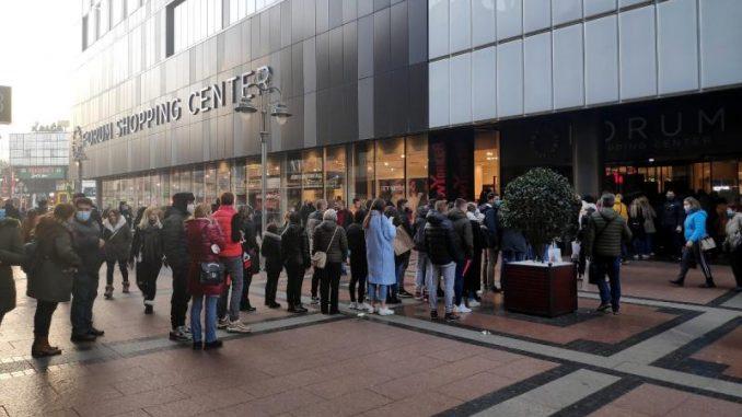 Crni petak: Gužve u tržnim centrima u Beogradu i Nišu uprkos koroni (FOTO) 1