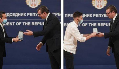 Vučić uručio odlikovanja pojedincima i institucijama za doprinos suzbijanju epidemije 7