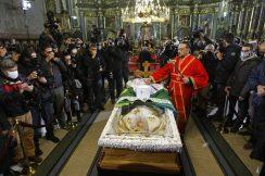 Kovčeg sa telom patrijarha u Hramu, kršenje svih epidemioloških mera (FOTO, VIDEO) 8