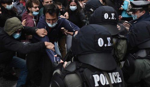 Policija suzavcem rasturila zabranjeno okupljanje u Grčkoj 9