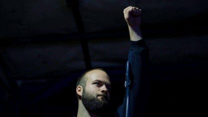 Aktivista Pokreta 1 od 5 miliona osuđen na novčanu kaznu zbog lepljenja nalepnica 5