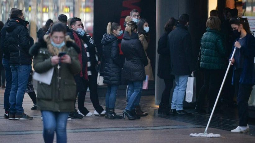 Crni petak: Gužve u tržnim centrima u Beogradu i Nišu uprkos koroni (FOTO) 2