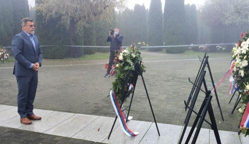 Veran Matić položio venac na memorijalnom groblju u Vukovaru 10