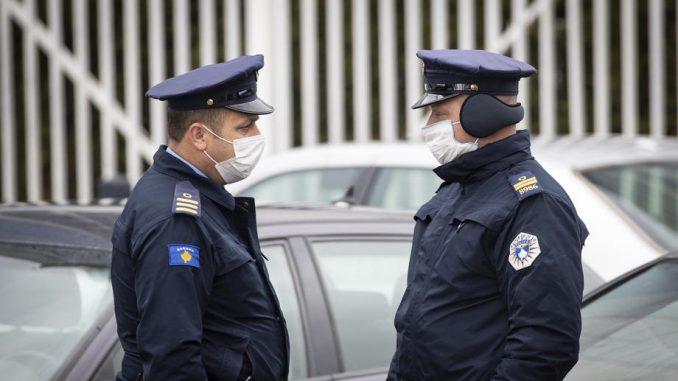 Privedeni mladići koji su mahali albanskom zastavom u Severnoj Mitrovici 1