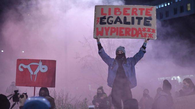 Policija intervenisala suzavcem i uhapsila 20 učesnika protesta protiv zabrane abortusa u Varšavi 3