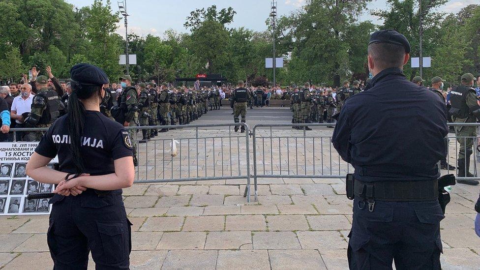 Na jednoj strani su bile pristalice vladajuće Srpske napredne stranke, a na drugoj oni koji podržavaju Boška Obradovića, lidera opozicionog pokreta Dveri