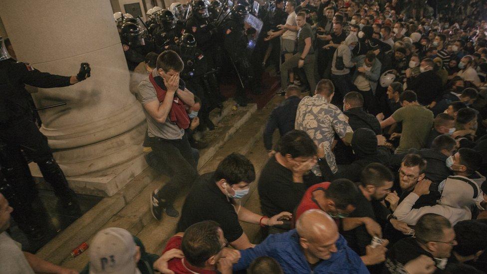 Policija i demonstranti