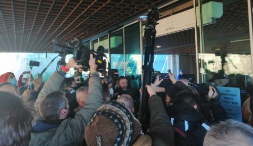 Demonstranti ušli u hodnik Sava centra, obezbeđenje ih zaustavilo (VIDEO) 12