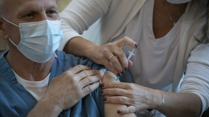 Počela masovna vakcinacija protiv korona virusa u Izraelu 1