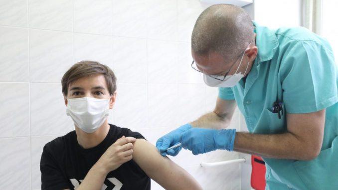Brnabić i Kisić Tepavčević primile Fajzerove vakcine (VIDEO) 5