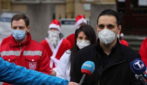 Sto CarGo Batlera u odelu Deda Mraza doniralo 1.000 obroka medicinarima 1