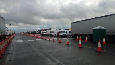 Kolona sa više od 5.000 kamiona zaustavljena kod engleskog aerodroma Manston (FOTO/VIDEO) 2