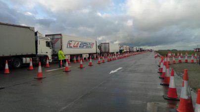 Kolona sa više od 5.000 kamiona zaustavljena kod engleskog aerodroma Manston (FOTO/VIDEO) 3