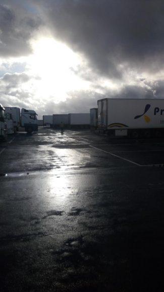 Kolona sa više od 5.000 kamiona zaustavljena kod engleskog aerodroma Manston (FOTO/VIDEO) 5