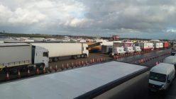 Kolona sa više od 5.000 kamiona zaustavljena kod engleskog aerodroma Manston (FOTO/VIDEO) 6