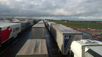 Kolona sa više od 5.000 kamiona zaustavljena kod engleskog aerodroma Manston (FOTO/VIDEO) 8